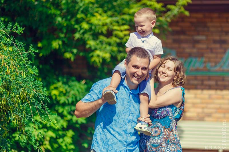 Семейная фотосессия на прогулке в парке